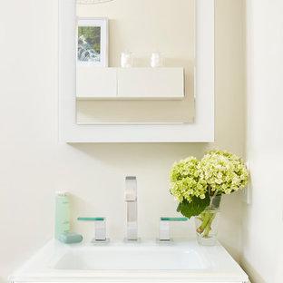 Esempio di una stanza da bagno padronale shabby-chic style con ante di vetro, ante bianche, doccia a filo pavimento, WC a due pezzi, piastrelle verdi, piastrelle di vetro, pareti bianche, pavimento in gres porcellanato, lavabo sospeso, top in vetro, pavimento bianco e porta doccia a battente