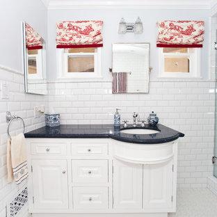 Ispirazione per una stanza da bagno bohémian con lavabo sottopiano, ante con bugna sagomata, ante bianche, doccia alcova, piastrelle bianche, piastrelle diamantate e top blu