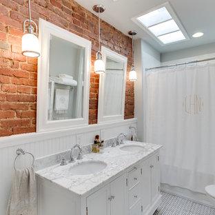 Cette image montre une salle de bain traditionnelle avec un lavabo encastré, un placard avec porte à panneau encastré, des portes de placard blanches, une baignoire en alcôve, un combiné douche/baignoire et un carrelage blanc.