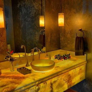 Diseño de cuarto de baño actual con encimera de ónix