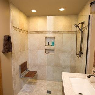 Esempio di una stanza da bagno padronale minimalista di medie dimensioni con ante con bugna sagomata, ante marroni, doccia a filo pavimento, piastrelle beige, piastrelle in pietra, top in laminato, doccia aperta, pareti beige, pavimento in travertino, lavabo sottopiano e pavimento beige