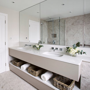 Exempel på ett modernt badrum, med ett undermonterad handfat, beige skåp, beige väggar, travertin golv och grå kakel