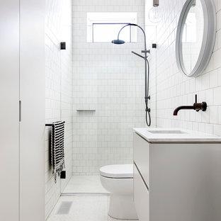 Idee per una stanza da bagno scandinava con piastrelle bianche, piastrelle in ceramica, lavabo sottopiano e top in marmo