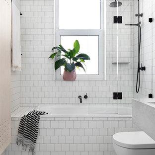 Inspiration för ett nordiskt badrum med dusch, med en dusch/badkar-kombination, vit kakel, keramikplattor, ett badkar i en alkov, vita väggar och med dusch som är öppen