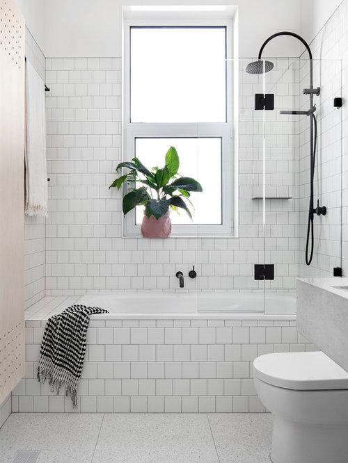 Nordisches Duschbad Mit Duschbadewanne, Weißen Fliesen, Keramikfliesen,  Badewanne In Nische, Weißer Wandfarbe
