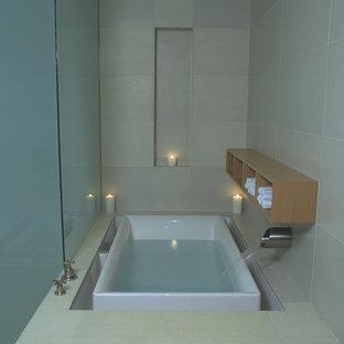Idee per una grande stanza da bagno padronale moderna con nessun'anta, ante in legno scuro, vasca sottopiano, piastrelle beige, piastrelle di cemento, pareti beige e pavimento in cemento