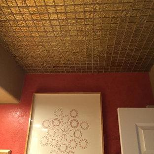 Idee per una stanza da bagno padronale shabby-chic style di medie dimensioni con piastrelle di vetro e pareti rosse