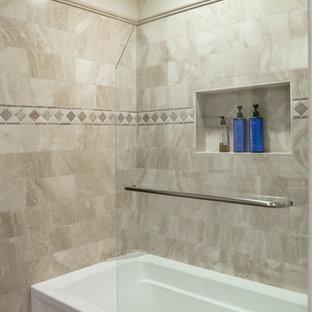 Foto på ett mellanstort vintage badrum för barn, med luckor med upphöjd panel, skåp i mörkt trä, ett badkar i en alkov, en dusch/badkar-kombination, röd kakel, porslinskakel, beige väggar, klinkergolv i terrakotta, ett undermonterad handfat och granitbänkskiva