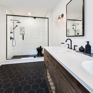 Immagine di una stanza da bagno country con ante in legno bruno, doccia alcova, piastrelle bianche, piastrelle diamantate, pareti bianche, lavabo sottopiano, pavimento nero, porta doccia a battente, top bianco e due lavabi