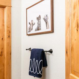 Idee per una stanza da bagno padronale design di medie dimensioni con ante in stile shaker, ante grigie, vasca da incasso, vasca/doccia, WC monopezzo, piastrelle bianche, piastrelle in ceramica, pareti bianche, pavimento in marmo, lavabo sottopiano, top in marmo, doccia aperta e top beige