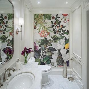 Immagine di una piccola stanza da bagno padronale classica con consolle stile comò, ante bianche, vasca sottopiano, WC a due pezzi, pavimento in marmo, lavabo sottopiano, top in marmo, pavimento bianco e top turchese