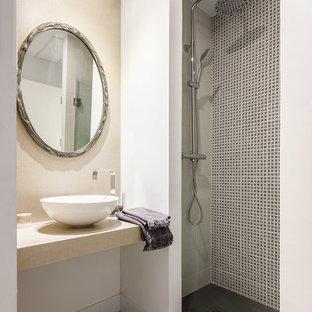 Foto de cuarto de baño con ducha, actual, pequeño, con lavabo sobreencimera, suelo multicolor, ducha abierta, ducha abierta, baldosas y/o azulejos blancas y negros y paredes beige