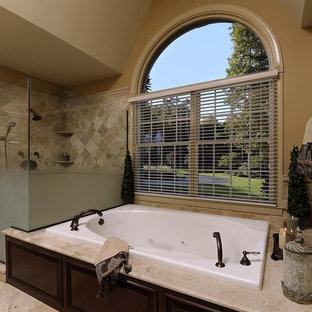 Idee per una stanza da bagno chic con vasca da incasso, doccia ad angolo e piastrelle beige
