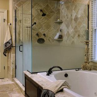Foto di una stanza da bagno classica con ante con bugna sagomata, ante in legno bruno, vasca da incasso, doccia ad angolo e piastrelle beige