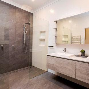 Immagine di una grande stanza da bagno padronale moderna con doccia doppia, piastrelle grigie, pareti bianche, pavimento in gres porcellanato, pavimento grigio, doccia aperta, ante lisce, ante con finitura invecchiata, piastrelle in gres porcellanato, lavabo da incasso e top in marmo