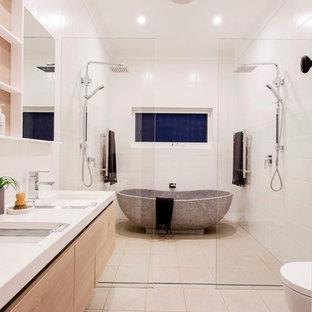 Esempio di una grande stanza da bagno per bambini minimalista con vasca freestanding, doccia doppia, piastrelle bianche, pareti bianche, pavimento in gres porcellanato, pavimento bianco, doccia aperta, ante lisce, ante in legno chiaro, piastrelle in gres porcellanato e lavabo rettangolare