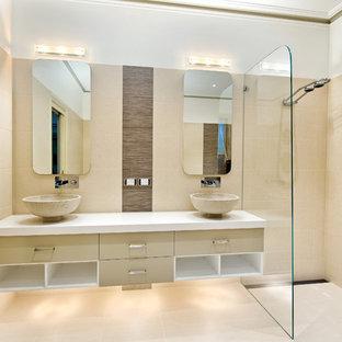 Großes Modernes Badezimmer En Suite mit Aufsatzwaschbecken, bodengleicher Dusche, beigefarbenen Fliesen, Porzellanfliesen, Porzellan-Bodenfliesen, beigem Boden und weißer Waschtischplatte in Melbourne