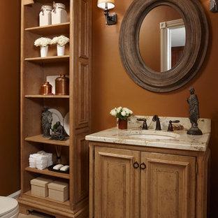 デトロイトの小さいトラディショナルスタイルのおしゃれな浴室 (アンダーカウンター洗面器、家具調キャビネット、ヴィンテージ仕上げキャビネット、分離型トイレ、ベージュのタイル、石タイル、オレンジの壁、トラバーチンの床、ベージュの床、ベージュのカウンター) の写真