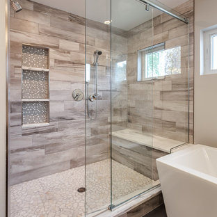 デンバーの巨大なコンテンポラリースタイルのおしゃれなマスターバスルーム (フラットパネル扉のキャビネット、置き型浴槽、オープン型シャワー、ベージュのタイル、セラミックタイル、グレーの壁、アンダーカウンター洗面器、御影石の洗面台) の写真