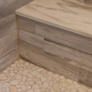 Exempel på ett mycket stort modernt en-suite badrum, med släta luckor, skåp i slitet trä, ett fristående badkar, en öppen dusch, beige kakel, keramikplattor, grå väggar, mellanmörkt trägolv, ett undermonterad handfat och granitbänkskiva