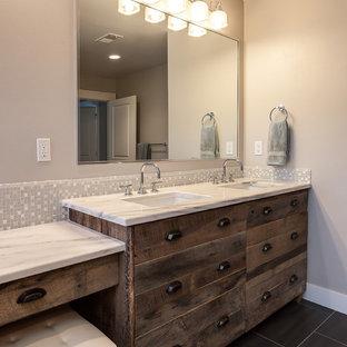 Foto på ett mycket stort funkis en-suite badrum, med släta luckor, skåp i slitet trä, ett fristående badkar, en öppen dusch, beige kakel, keramikplattor, grå väggar, mellanmörkt trägolv, ett undermonterad handfat och granitbänkskiva