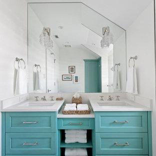 Immagine di una piccola stanza da bagno per bambini costiera con consolle stile comò, ante turchesi, pareti bianche, pavimento in legno massello medio, lavabo sottopiano, top in quarzo composito, pavimento grigio e top bianco