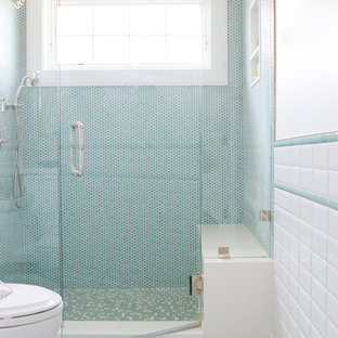 Esempio di una stanza da bagno con doccia chic di medie dimensioni con doccia alcova, WC a due pezzi, piastrelle blu, piastrelle multicolore, piastrelle bianche, piastrelle a mosaico, pareti bianche, pavimento con piastrelle a mosaico, pavimento blu e porta doccia a battente