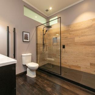 Esempio di una stanza da bagno padronale minimal di medie dimensioni con doccia doppia, piastrelle beige, piastrelle in ceramica, pareti viola, parquet scuro, pavimento marrone, doccia aperta, WC a due pezzi e lavabo sospeso