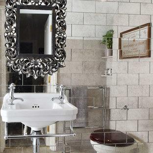 Ispirazione per una stanza da bagno boho chic con piastrelle a specchio e lavabo sospeso