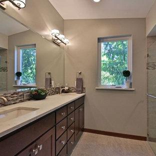Modern inredning av ett mellanstort en-suite badrum, med skåp i shakerstil, skåp i mellenmörkt trä, ett fristående badkar, en dusch i en alkov, en toalettstol med separat cisternkåpa, mosaik, beige väggar, klinkergolv i porslin, ett undermonterad handfat och marmorbänkskiva