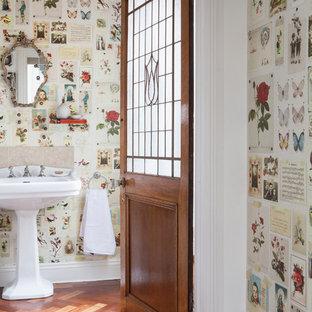 Inredning av ett eklektiskt badrum med dusch, med beige kakel, flerfärgade väggar, mellanmörkt trägolv, ett piedestal handfat och brunt golv