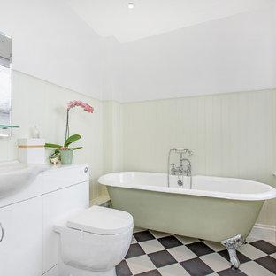 Esempio di una piccola stanza da bagno padronale chic con ante lisce, ante bianche, vasca con piedi a zampa di leone, WC sospeso, pistrelle in bianco e nero, pareti bianche e lavabo da incasso