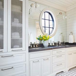 Idéer för ett maritimt grå badrum, med luckor med infälld panel, vita skåp, vita väggar, mosaikgolv, ett undermonterad handfat och vitt golv