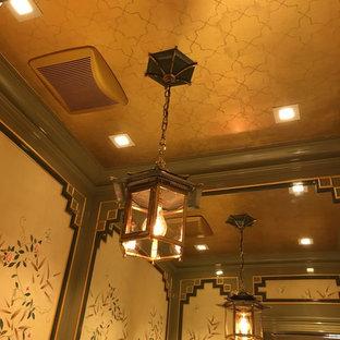 Foto di una piccola stanza da bagno con doccia tradizionale con consolle stile comò, ante verdi, WC a due pezzi, pareti multicolore, pavimento con piastrelle a mosaico, lavabo sottopiano e top in quarzo composito