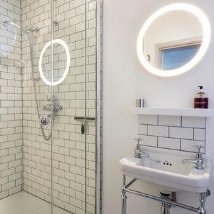 Industrial Badezimmer mit weißen Fliesen, Metrofliesen, Duschnische, Waschtischkonsole, weißer Wandfarbe und Mosaik-Bodenfliesen in London