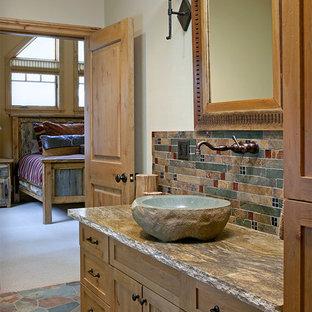 Foto de cuarto de baño con ducha, rural, de tamaño medio, con lavabo sobreencimera, encimera de granito, baldosas y/o azulejos multicolor, baldosas y/o azulejos de piedra, paredes blancas, armarios con rebordes decorativos, puertas de armario de madera clara y suelo de pizarra