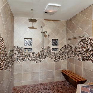Foto di un'ampia stanza da bagno padronale minimal con doccia aperta, piastrelle beige, piastrelle marroni, piastrelle di ciottoli, pareti beige, pavimento con piastrelle di ciottoli e pavimento multicolore