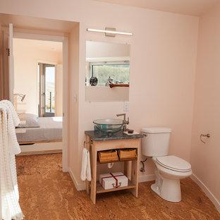 Создайте стильный интерьер: маленькая ванная комната в современном стиле с настольной раковиной, открытыми фасадами, светлыми деревянными фасадами, столешницей из талькохлорита, раздельным унитазом, белой плиткой, стеклянной плиткой, белыми стенами и пробковым полом - последний тренд