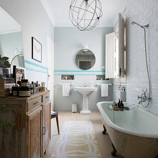 Immagine di una stanza da bagno padronale eclettica di medie dimensioni con ante con bugna sagomata, ante in legno scuro, vasca con piedi a zampa di leone, vasca/doccia, piastrelle bianche, pareti bianche, pavimento con piastrelle in ceramica e lavabo a colonna