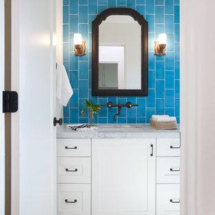 Foto di una stanza da bagno mediterranea con ante in stile shaker, ante bianche, piastrelle nere, piastrelle diamantate, pareti blu, lavabo sottopiano, top in marmo, pavimento in cementine e pavimento multicolore