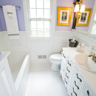 Idee per una piccola stanza da bagno boho chic con consolle stile comò, ante bianche, vasca ad alcova, WC a due pezzi, pareti viola, pavimento con piastrelle in ceramica, lavabo da incasso, top in onice e pavimento bianco
