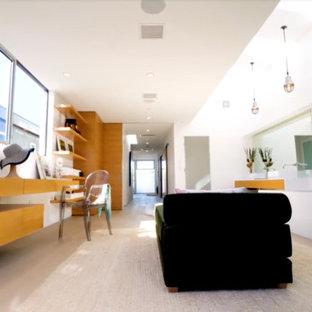 Immagine di una stanza da bagno moderna con ante lisce, ante marroni, vasca da incasso, pareti bianche, pavimento in bambù, pavimento marrone e top bianco