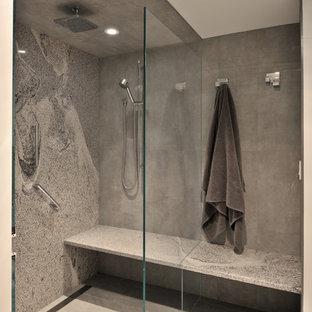 Idéer för mellanstora funkis en-suite badrum, med en öppen dusch, grå kakel, vita väggar, ett fristående handfat, porslinskakel, klinkergolv i porslin och med dusch som är öppen