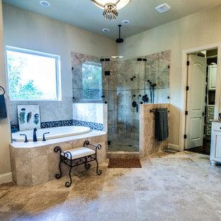 Mittelgroßes Klassisches Badezimmer En Suite mit Unterbauwaschbecken, profilierten Schrankfronten, beigen Schränken, Granit-Waschbecken/Waschtisch, Einbaubadewanne, Toilette mit Aufsatzspülkasten, beigefarbenen Fliesen, Terrakottafliesen, beiger Wandfarbe, Travertin und Eckdusche in Dallas