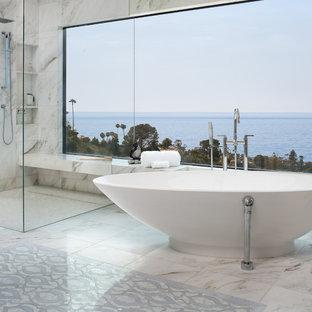 Diseño de cuarto de baño principal, costero, extra grande, con bañera exenta, ducha a ras de suelo, baldosas y/o azulejos de mármol, suelo de mármol, ducha con puerta con bisagras, baldosas y/o azulejos blancos y suelo blanco