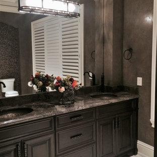 Esempio di un'ampia stanza da bagno padronale classica con ante con riquadro incassato, ante marroni, WC monopezzo, piastrelle multicolore, piastrelle in pietra, pareti marroni, pavimento in pietra calcarea, lavabo da incasso e top in marmo