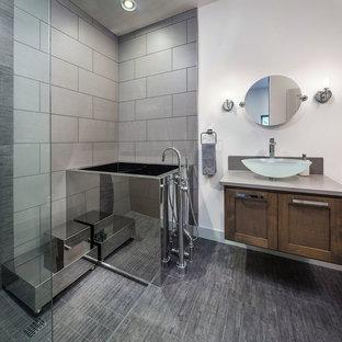 Idee per una grande stanza da bagno contemporanea con ante in stile shaker, ante in legno bruno, vasca giapponese, doccia aperta, piastrelle grigie, pareti bianche, lavabo a bacinella, piastrelle in gres porcellanato, pavimento in gres porcellanato, top in quarzo composito e doccia aperta