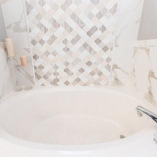 Diseño de cuarto de baño principal, romántico, grande, con puertas de armario turquesas, lavabo sobreencimera, encimera de cuarzo compacto, ducha con puerta con bisagras, bañera empotrada, ducha empotrada, baldosas y/o azulejos multicolor, baldosas y/o azulejos en mosaico y paredes grises