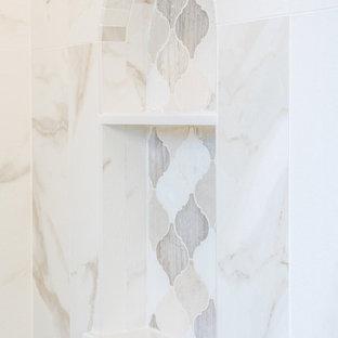 Diseño de cuarto de baño principal, romántico, grande, con puertas de armario turquesas, encimera de cuarzo compacto, lavabo sobreencimera, ducha con puerta con bisagras, bañera empotrada, ducha empotrada, baldosas y/o azulejos blancos, paredes grises y baldosas y/o azulejos en mosaico