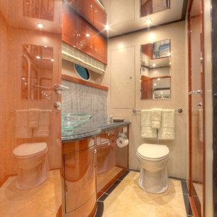 Esempio di una stanza da bagno padronale minimalista di medie dimensioni con ante lisce, ante in legno bruno, vasca da incasso, WC sospeso, piastrelle marroni, piastrelle a mosaico, pareti beige, lavabo a bacinella, top in quarzo composito e pavimento bianco